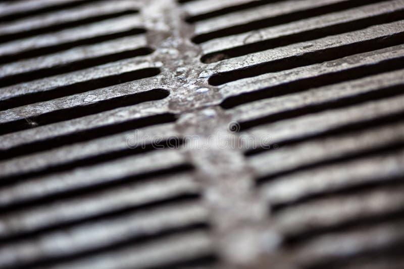 Primo piano della superficie della griglia dello scolo del metallo fotografia stock libera da diritti