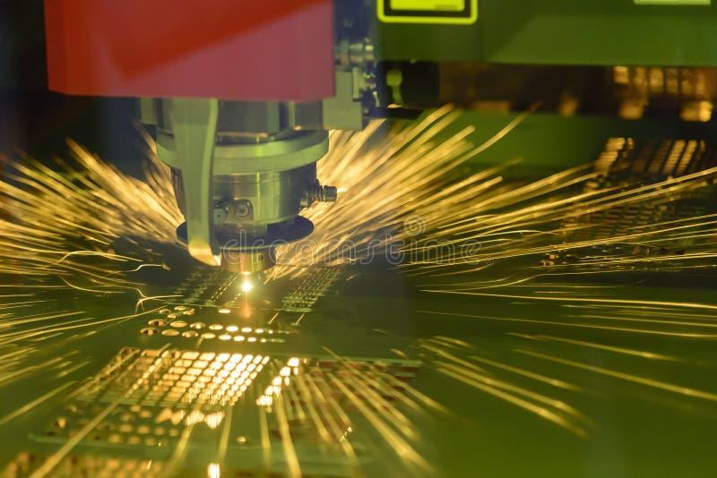 Primo piano della tagliatrice del laser di CNC che taglia il di piastra metallica fotografie stock libere da diritti