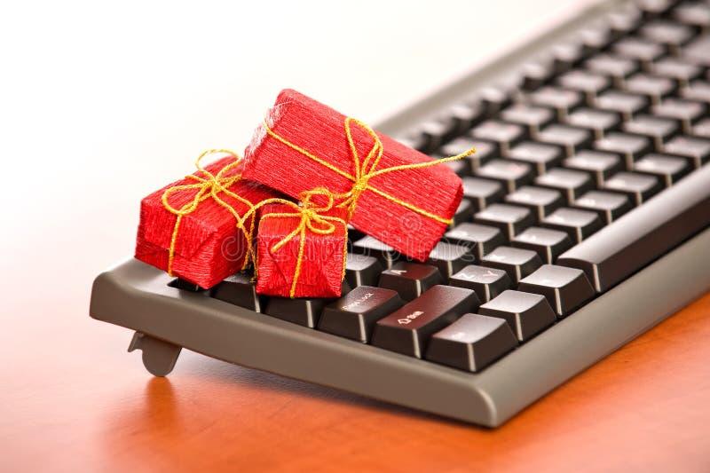 Primo piano della tastiera con i regali di Natale molto piccoli fotografia stock