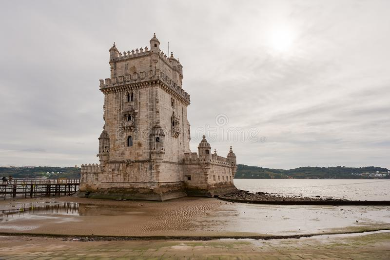 Primo piano della torre di Belem a bassa marea immagine stock libera da diritti