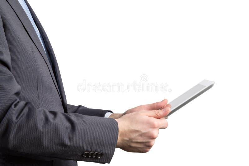 Primo piano della vista laterale di un uomo d'affari che sta passando in rassegna sulla sua compressa immagini stock