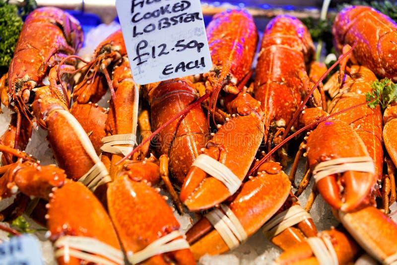 Primo piano delle aragoste nel mercato della città a Londra immagini stock
