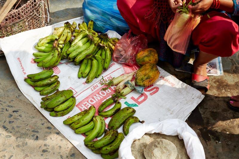 Primo piano delle banane verdi vendute nel mercato di verdure di Kathmandu immagine stock libera da diritti