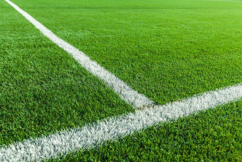 Primo piano delle bande bianche su un campo di calcio fotografie stock libere da diritti