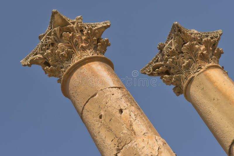 Primo piano delle colonne del tempio di Artemis situato nella vecchia città bizantino di Jerash in Giordania, con il cielo blu lu immagini stock