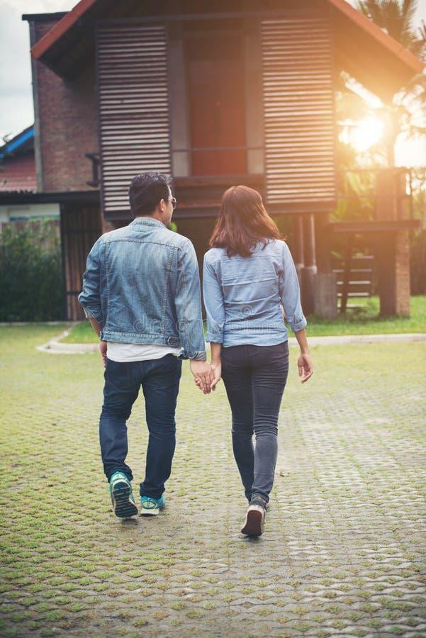 Primo piano delle coppie amorose che si tengono per mano mentre camminare all'aperto, C immagini stock