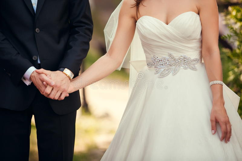 Primo piano delle coppie di nozze durante la cerimonia di nozze all'aperto fotografia stock