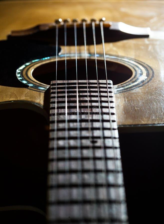 Primo piano delle corde classiche della chitarra immagini stock
