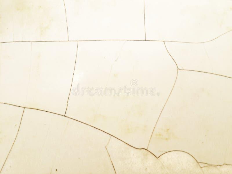Primo piano delle crepe della piastrella per pavimento sparato da sopra fotografie stock libere da diritti