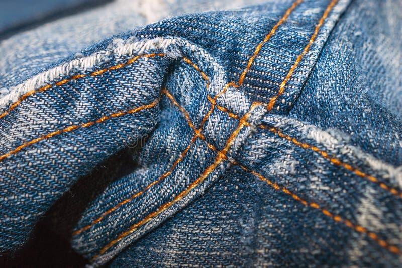 Primo piano delle cuciture cucite doppio del punto della biforcazione dei jeans del denim Dettaglio di cucitura del denim immagini stock