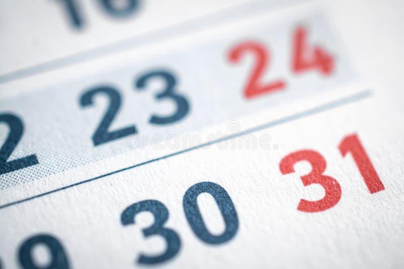 Primo piano delle date alla pagina del calendario immagini stock libere da diritti