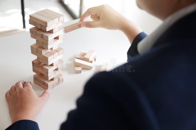 Primo piano delle donne che giocano il gioco della pila dei blocchi di legno, concetto di crescita di affari, glambling, rischio immagine stock libera da diritti