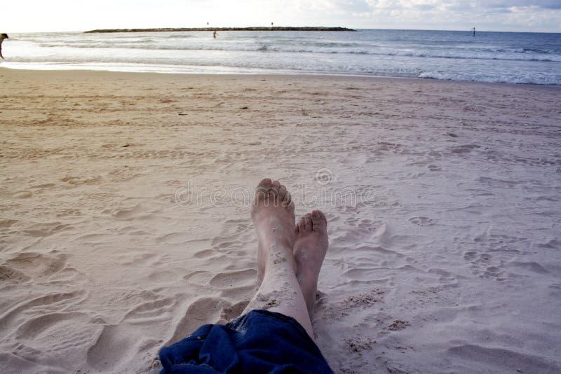 Primo piano delle gambe delle ragazze sulla costa di Tel Aviv Sera, spiaggia e fotografie stock