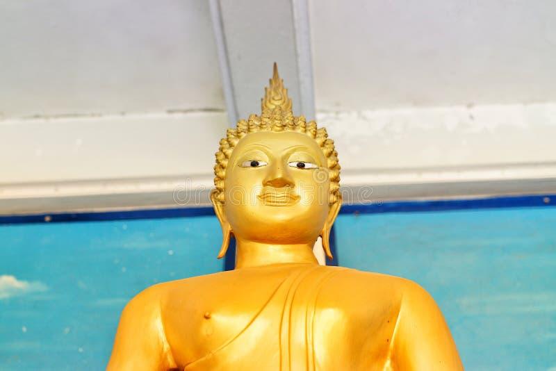 Primo piano delle immagini dorate di Buddha nella credenza tailandese delle tempie nel buddismo fotografia stock libera da diritti