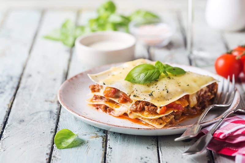 Primo piano delle lasagne al forno tradizionali fotografie stock libere da diritti