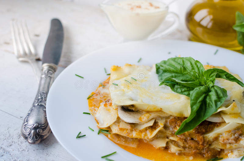 Primo piano delle lasagne al forno tradizionali fotografia stock libera da diritti