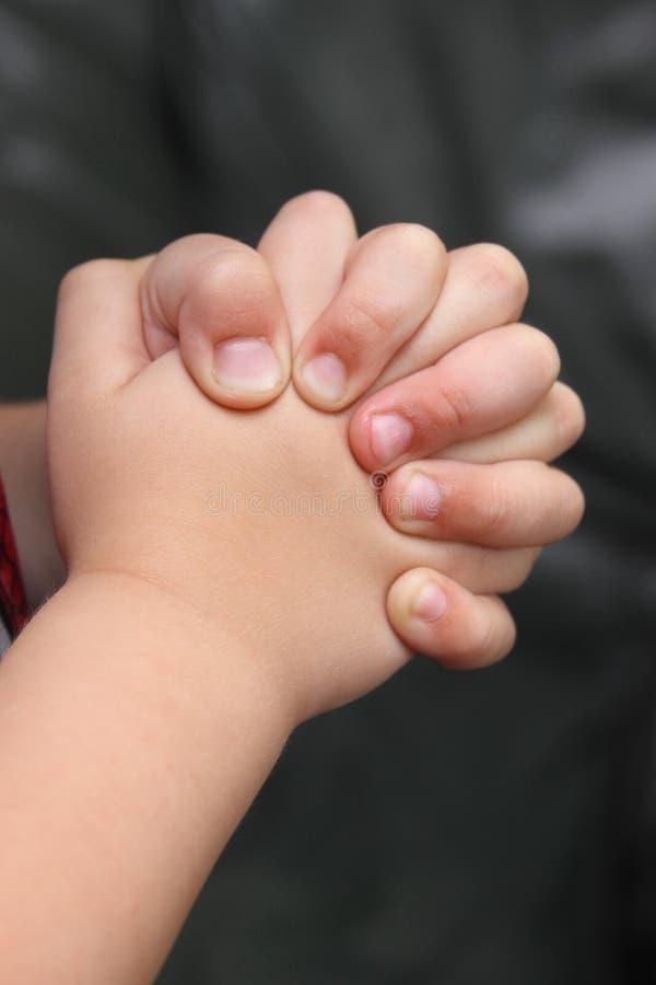 Primo piano delle mani afferrate nella preghiera immagini stock libere da diritti