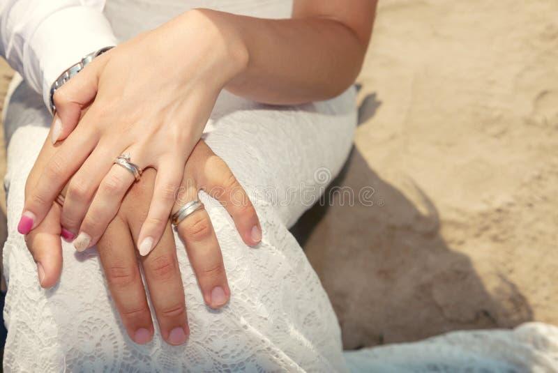 Primo piano delle mani con gli anelli fotografie stock