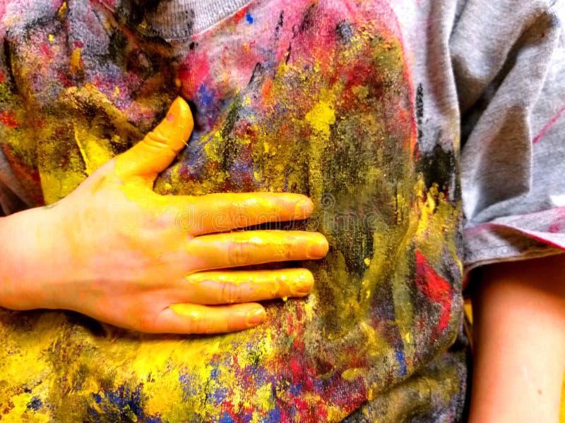 Primo piano delle mani dei bambini che dipingono durante l'attività di scuola - imparando facendo, dall'istruzione e dall'arte, c immagine stock