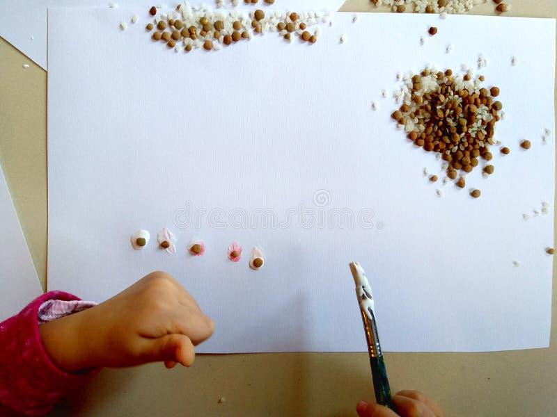 Primo piano delle mani dei bambini che dipingono durante l'attività di scuola - imparando facendo, dall'istruzione e dall'arte, c immagini stock libere da diritti