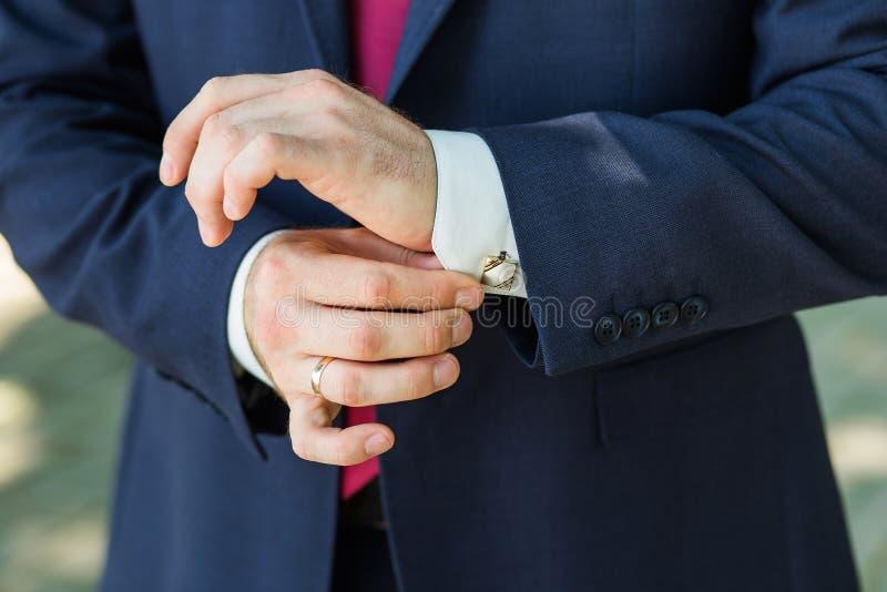 Primo piano delle mani del maschio di eleganza immagine stock libera da diritti