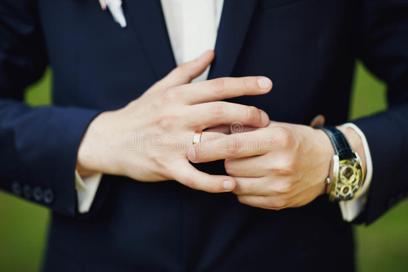 Primo piano delle mani del maschio di eleganza uomo vestito in vestito e nel wh blu fotografie stock libere da diritti