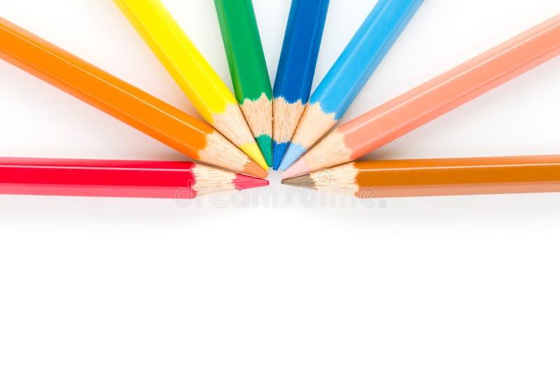 Primo piano delle matite di colore isolate su un fondo bianco fotografie stock