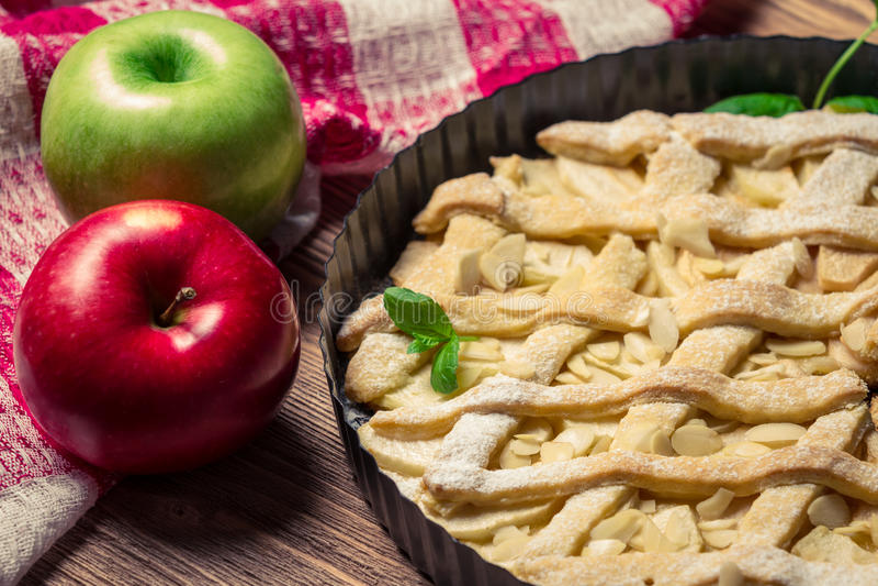 Primo piano delle mele e della torta di mele fotografie stock