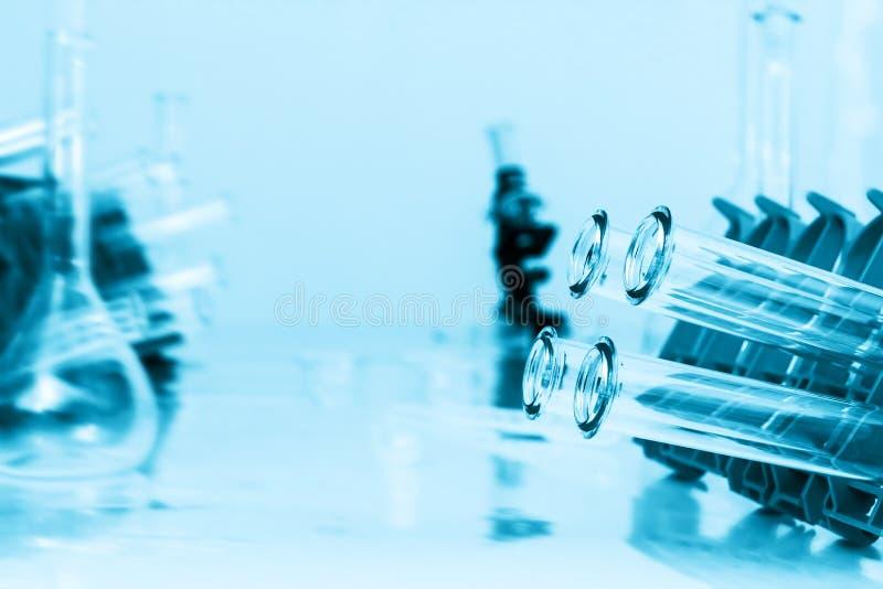 Primo piano delle provette su fondo blu. fotografia stock