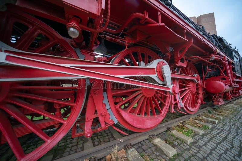 Primo piano delle ruote pesanti del ferro di una locomotiva storica fotografia stock libera da diritti