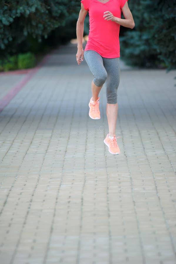 Primo piano delle scarpe da corsa di una donna Stile di vita a di sport e correre immagine stock