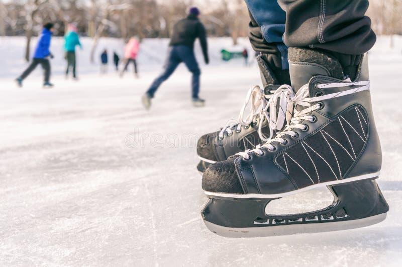 Primo piano delle scarpe di pattinaggio su ghiaccio su una pista di pattinaggio fotografia stock