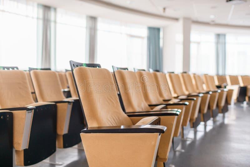Primo piano delle sedie pieghevoli Grande sala per conferenze moderna vuota in albergo di lusso Pubblico per gli altoparlanti all fotografia stock libera da diritti