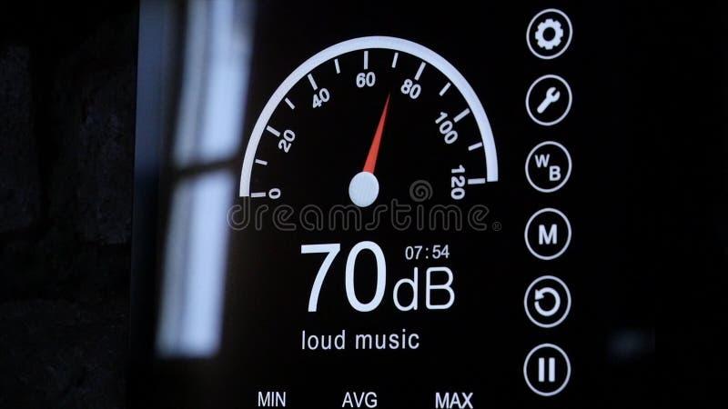 Primo piano dello schermo del fonometro nei decibel Fonometro elettronico moderno intorno fotografia stock libera da diritti