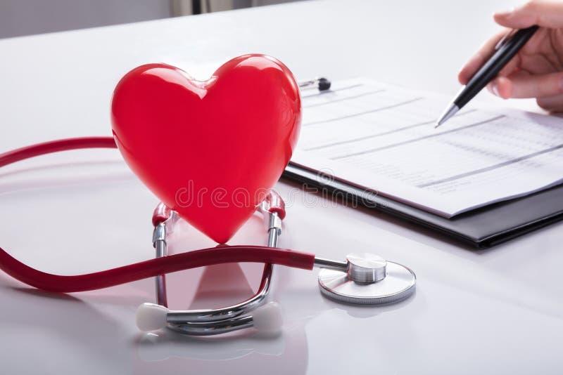 Primo piano dello stetoscopio e del cuore rosso immagine stock