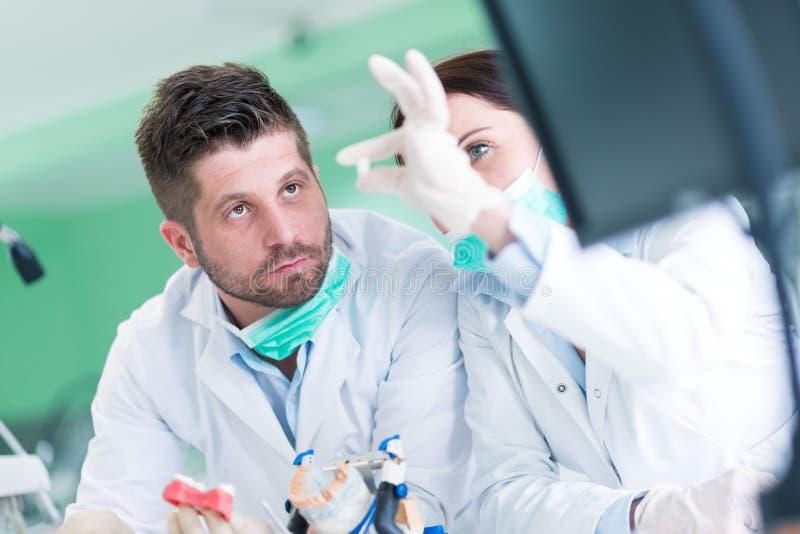 Primo piano dello studente di odontoiatria che pratica su un manichino medico immagini stock