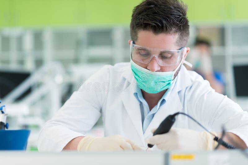 Primo piano dello studente di odontoiatria che pratica su un manichino medico fotografia stock libera da diritti