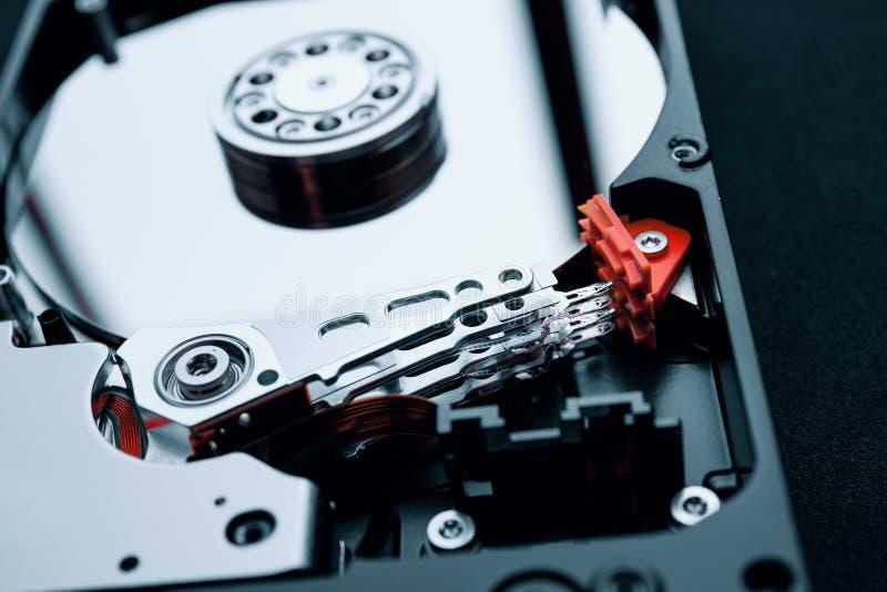 Primo piano dentro il drive del hard disk, il braccio ed i vassoi dell'assemblea fotografia stock libera da diritti