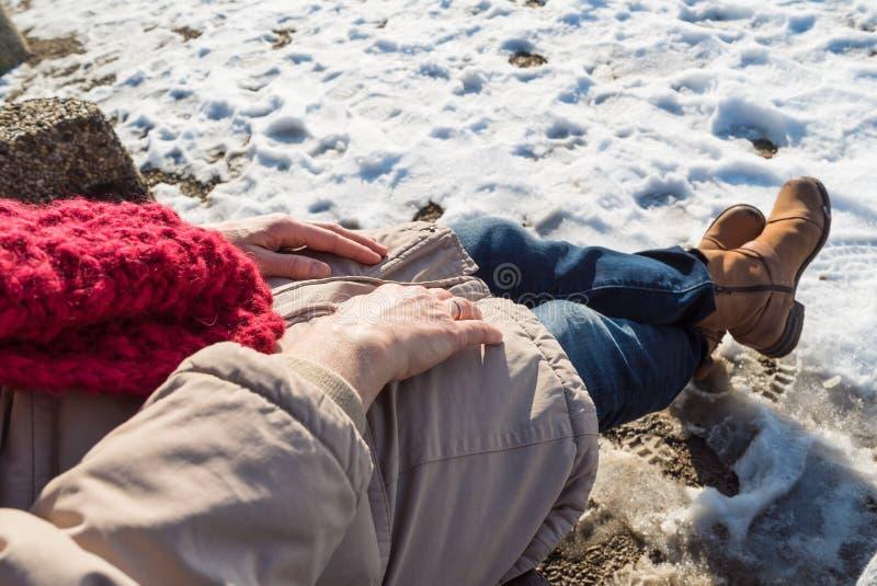 Primo piano dettagliato delle mani senior della donna sull'inverno fotografia stock libera da diritti