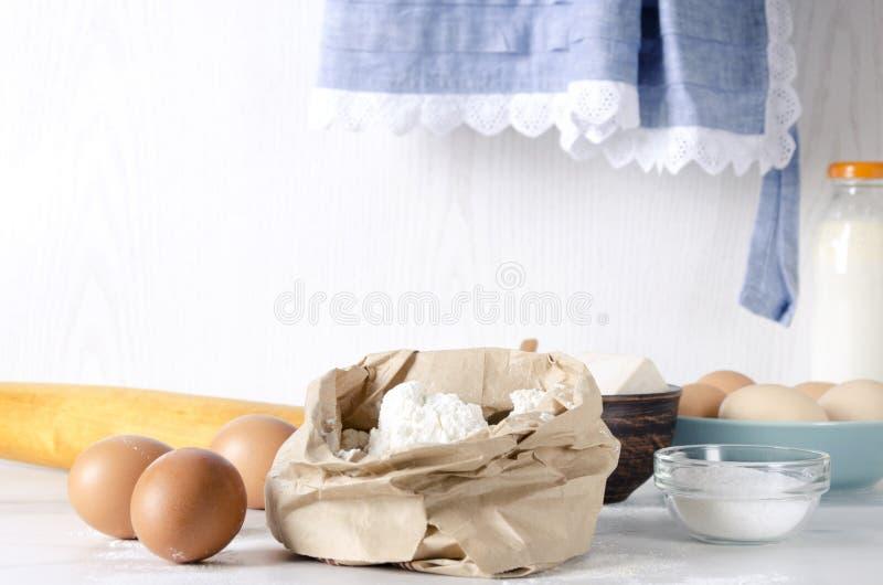 Primo piano di bagfull di carta di farina, uova ed ingredienti chiave del sale per pasta Umore rurale, la cucina della nonna fotografia stock libera da diritti