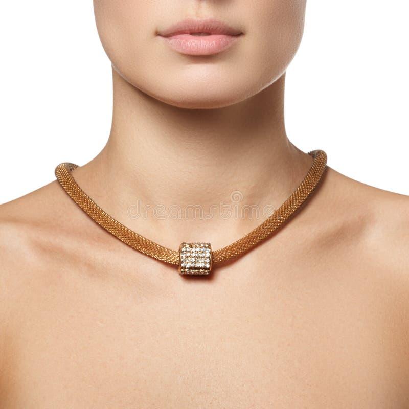 Primo piano di bella donna che indossa la collana di diamante brillante fotografie stock