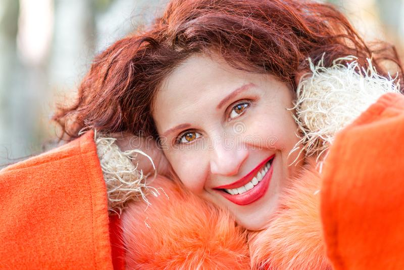 Primo piano di bella donna matura sorridente fotografie stock