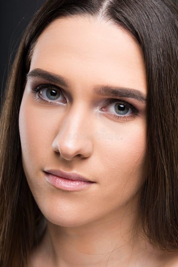 Primo piano di bella femmina con capelli diritti lunghi immagine stock libera da diritti