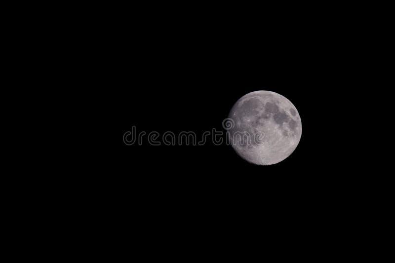 Primo piano di bella luna piena d'argento sopra il cielo del nero scuro fotografia stock libera da diritti