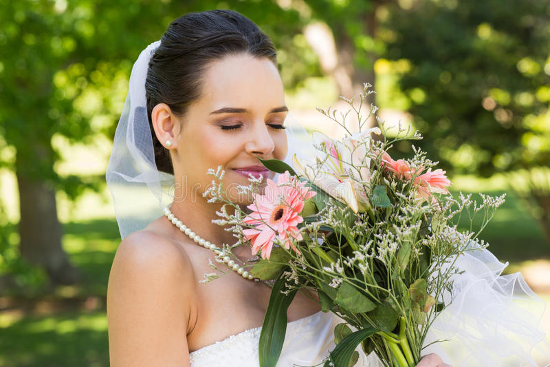Primo piano di bella sposa con il mazzo in parco immagini stock