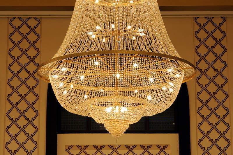 Primo piano di bello indicatore luminoso del lampadario a bracci fotografie stock libere da diritti
