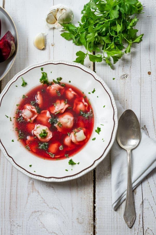 Primo piano di borscht con le polpette in una zolla immagini stock libere da diritti