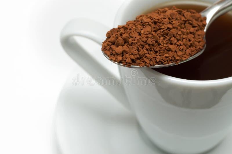 Primo piano di caffè solubile sul cucchiaio fotografia stock libera da diritti