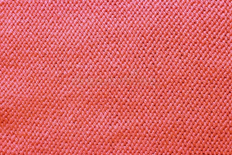 Primo piano di corallo tricottato di colore di tendenza della superficie, fondo alla moda fotografie stock libere da diritti
