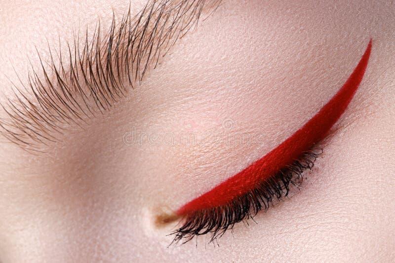 Primo piano di eleganza di bello occhio femminile con il bri di tendenza di modo immagini stock